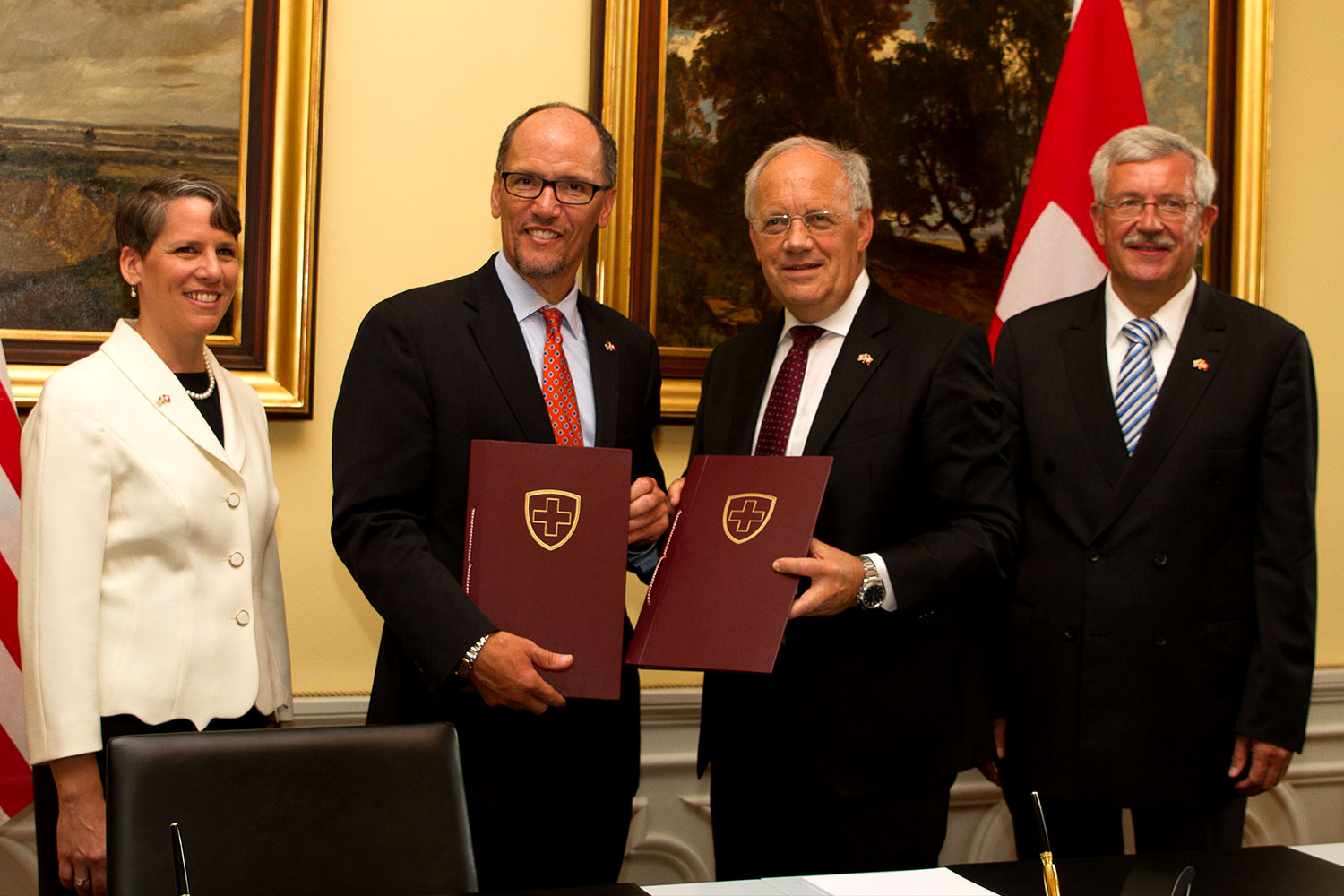 Federal Councilor Schneider-Ammann signing MoU with Secretary of Department of Labor Thomas Perez