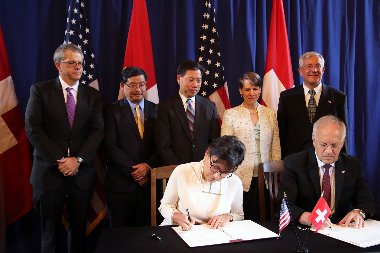 Federal Councilor Schneider-Ammann signing MoU with Secretary of Department of Commerce Penny Pritzker