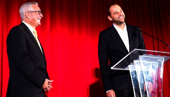 Swiss Chef Daniel Humm receiving the Tell Award by Ambassador Martin Dahinden at the 2018 Soirée Suisse in Washington, D.C. © Embassy of Switzerland